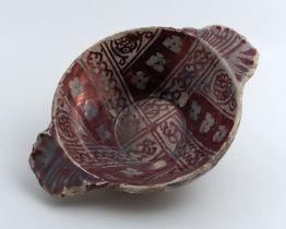 Majolica kom met uitstaand liggend oor, licht paarse decoratie