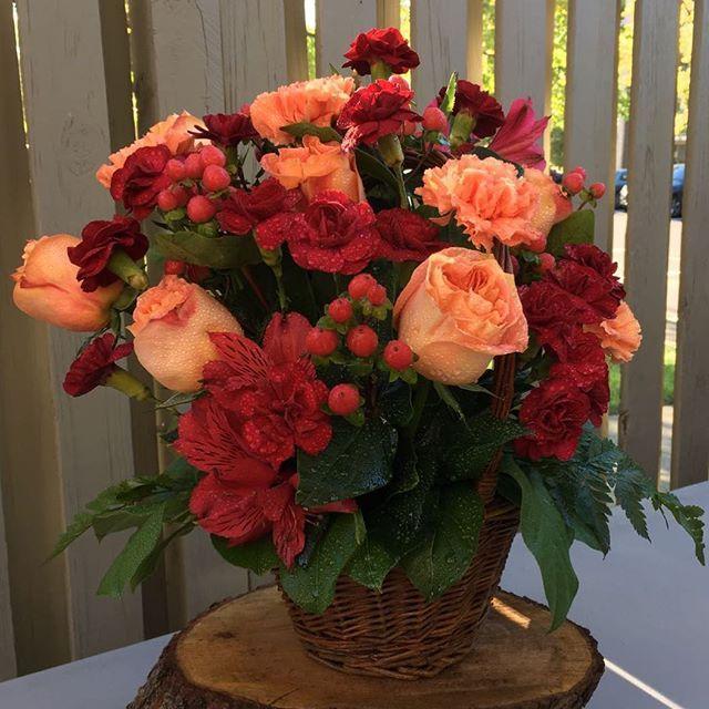 #Fall colors are so beautiful 😍🌹🍁🍂 . . . #tognoligifts #ftd #flowers #gifts #getwellsoon #anniversary #sympathy #condolences #funeral #roses #carnations #greenery #florist #flowershop #floristsofinstagram #floristry #flores #rosas #floralarrangement #giftbaskets #fruits #chocolate #gourmet #autum #autumvibes #cestas #regalos #colorsoffall