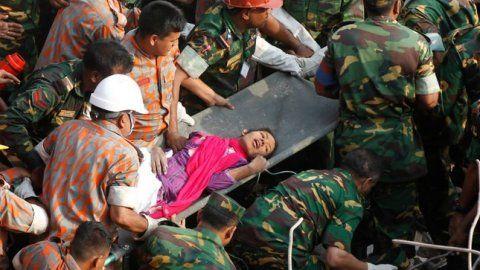 Beeld 7: Na het instorten van het gebouw werd er massaal gezocht naar overlevenden. Deze vrouw werd na 17 dagen nog teruggevonden tussen het puin. Ze zat opgesloten in de gebedsruimte en kon overleven op gedroogd voedsel en een paar flessen water.