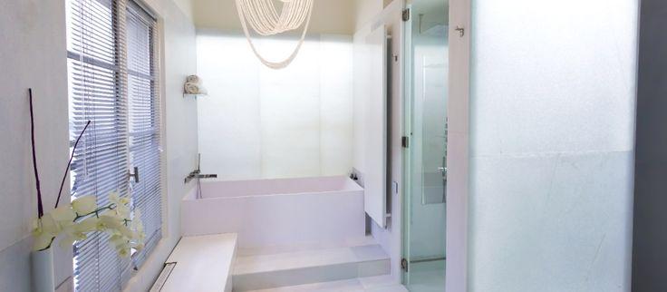 Alesia-huoneiston (Pariisi) suihkutiloista löytyy upea kulmikas kylpyamme.