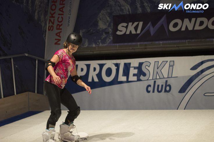 Jak wypoczywać po pracy?  Jeśli pracujemy przy komputerze, idealnym wypoczynkiem będzie jakaś aktywność fizyczna. Co powiedzą Państwo relaks w postaci jazdy na nartach? Oczywiście ze SkiMondo jest to możliwe w środku miasta i w dodatku we wrześniu! Wystarczy tylko udać się na sztuczny stok narciarski SkiMondo i już można relaksować się przy jeździe na nartach czy snowboardzie! Zachęcamy wszystkich do takiej formy wypoczynku!