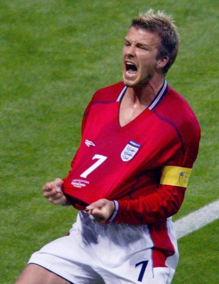Ainda na fase de Grupos, esse jogão movimentou a Copa do Mundo de 2002. O resultado complicou a Argentina, que no último jogo só empatou com a Suécia e acabou sendo eliminada já na primeira fase ! Uma das comemorações mais marcantes das Copas, talvez motivada pela expulsão que sofreu na Copa do Mundo de 1998, contra a mesma Argentina.