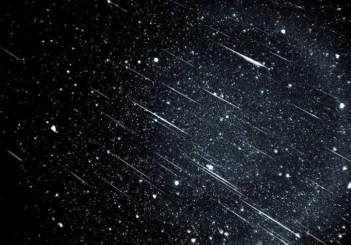 Νύχτες καλοκαιρινές, νύχτες με πεφταστέρια και εκθαμβωτικούς μετεωρίτες. Η Serralunga κατέβασε τον ουρανό στον κήπο μας και τον φωτίζει με ένα απόκοσμο παγκάκι-φωτιστικό, το Meteor.