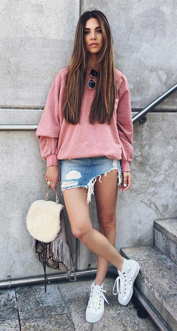 Street style look com  moletom rosa. As vantagens dessa cor é que ela deixa o look feminino sem ficar romântico demais, garante aquele ar chic e ainda combina como todos os tipos de produções, das despojadas às elegantes