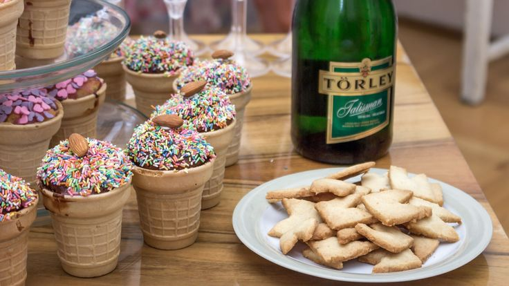 Muffin, cookies and champagne in vintage style  http://www.budapestwithus.hu/heinrick-pop-up/