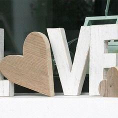 Scritta love composta da 4 lettere h 21 cm in legno di recupero sbiancate con o a forma di cuore