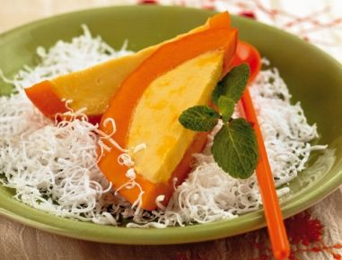 Zunächst die Safranfäden in lauwarmem Wasser einweichen. In einer Schüssel die Eier mit der Kokoscreme, den Safranfäden und dem Zucker sehr