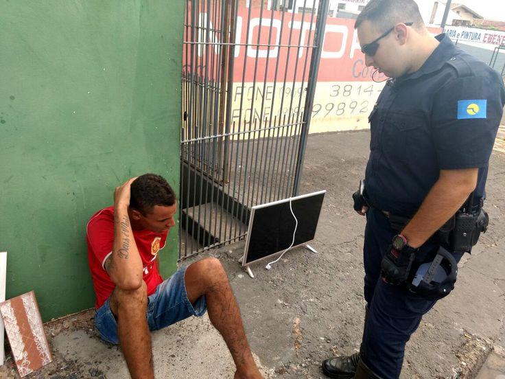 GEPOM prende Indivíduo em flagrante, o autor oferecia TV furtada em via pública - Na tarde deste sábado, dia 8, os guardas civis municipais Zambonato e Marcos do GEPOM, realizaram a prisão de um indivíduo de 24 anos, que tentava vender uma TV de LED, sem procedência comprovada, nas proximidades da Praça Chinamel, no Jardim Brasil.  Numa ação rápida de viaturas da GCM e PM, - http://acontecebotucatu.com.br/policia/gepom-prende-individuo-em-flagrante-o-autor-ofereci