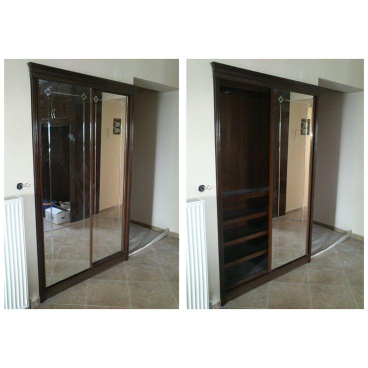 Ντουλάπα στο χωλ με καθρέφτες στις πόρτες.
