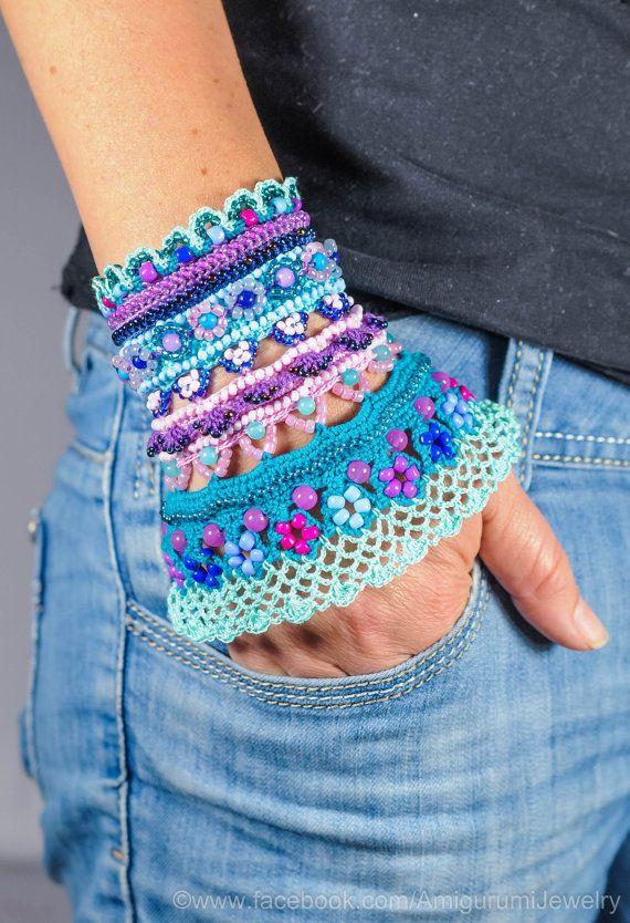 Ce brassard unique se crochète de fil de coton de haute qualité. Les couleurs principales sont le rose, turquoise, violet, lilas, bleu et menthe. Pour décorer, jai utilisé beaucoup de perles de verre, perles en plastique et aussi perle agate naturelle. Les boutons du bracelet sont des perles en agate naturelle. Pour faire cette manchette jai utilisé des Techniques de Crochet Free Form. Le bracelet peut être lavé soigneusement à leau savonneuse, puis étendu à sécher sur une surface plane…
