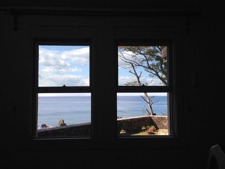窓から越前の海が見える。