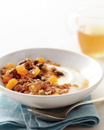 Para la mamá saludable: Granola de pistacho y duraznos deshidratados. Hacer una granola en casa es muy fácil, solo tienes que escoger los ingredientes favoritos de tú mamá. Puedes pensar  en hojuelas de avena, almendras tajadas, pistachos, arándanos o duraznos deshidratados, y miel!  http://www.marthastewart.com/344879/pistachio-apricot-granola?czone=holiday/spring-celebrations-cnt/celebration-mother-day=307033=342077=344925