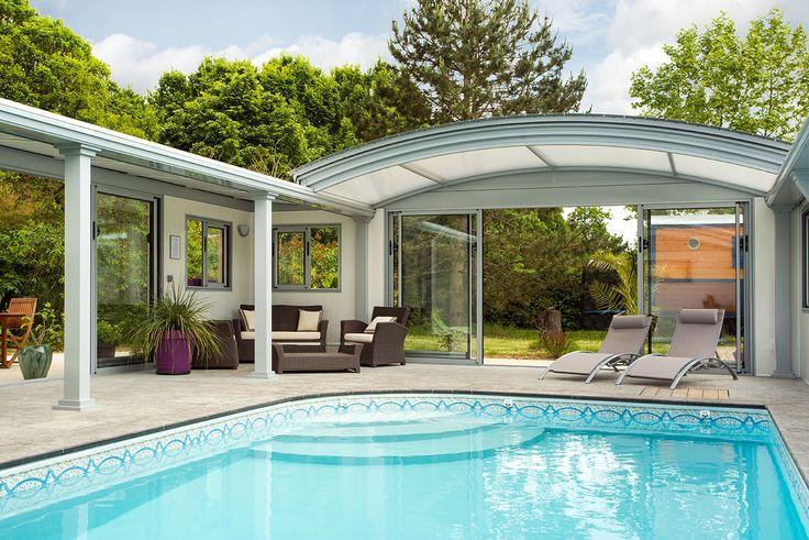 Abri piscine dôme UP avec espace salon de détente