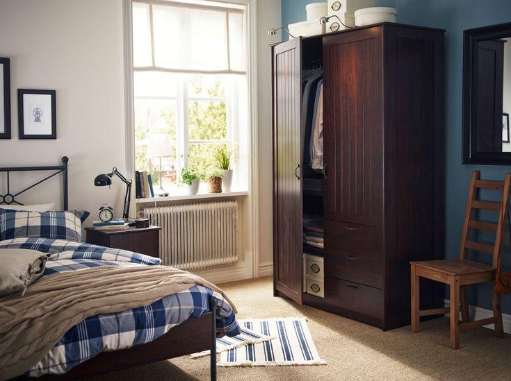 Een traditionele slaapkamer met een garderobekast, bed en nachtkastje