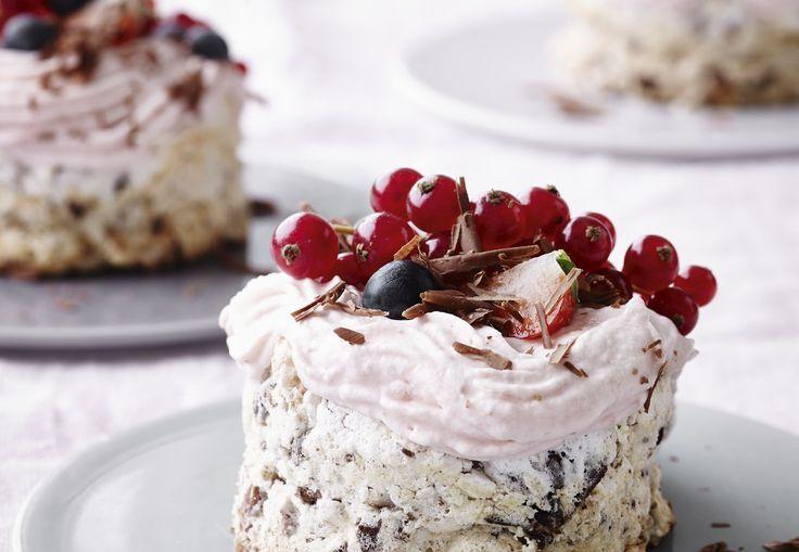 Overdådige, smukke, luftige og lækre små nøddekager med jordbærskum er en fin, enkel sommerdessert.
