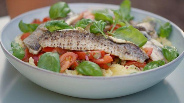 Eén - Dagelijkse kost - tomaat-aardappelsalade met gegrilde forel