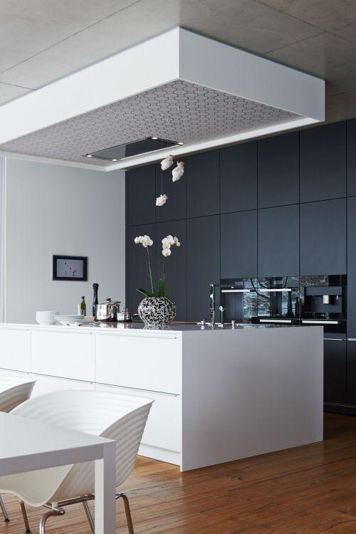 Kookeiland witte keuken met zwarte kasten