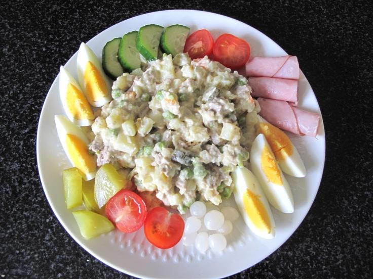 Vleessalade of  koude schotel is heel goed gelukt…Heerlijk was ie..    Rundvlees..Aardappels aan blokjes..uitjes augurken gesnipperde ui…  diepvries doperwtjes en worteltjes..even koken..de doperwtjes zijn mooi groen.  ...   Mayoinaise..beetje olie…runderboullion(pittig)..peper zout..mosterd..worcestersaus..knorr aromat.  en dan een beetje opmaken..