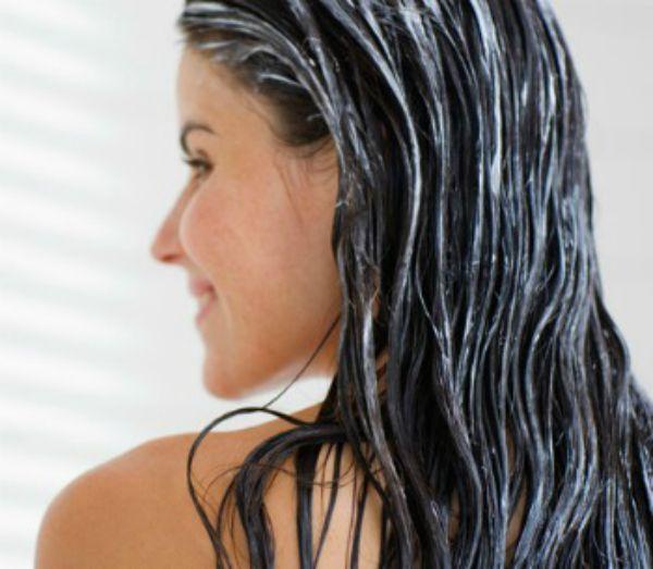 Banho de brilho no cabelo para fazer em casa. Ingredientes: 1 copo de água 2 colheres creme de sua preferência 1 colher de maizena 1 ampola vitamina (não obrigatório). Em uma panela misture a maizena e a água, em forno médio mexa ate virar um mingau. após adicone o creme e a ampola. Com os já lavados com xampu, passe o creme de maizena nos cabelos, massageie e aguarde com uma touca cerca de 30 minutos, depois é só lavar.