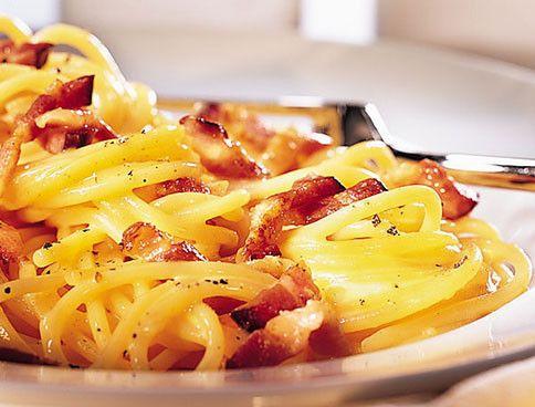 Spaghetti Carbonara - ein Pasta-Klassiker für Liebhaber cremiger Nudel-Saucen. Das Rezept auf fem.com.