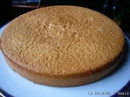 biscuit pour gateau fourré :  125 g de sucre (1/2 UScup) 4 œufs 100 g de farine (3/4 UScup) 60 g de beurre