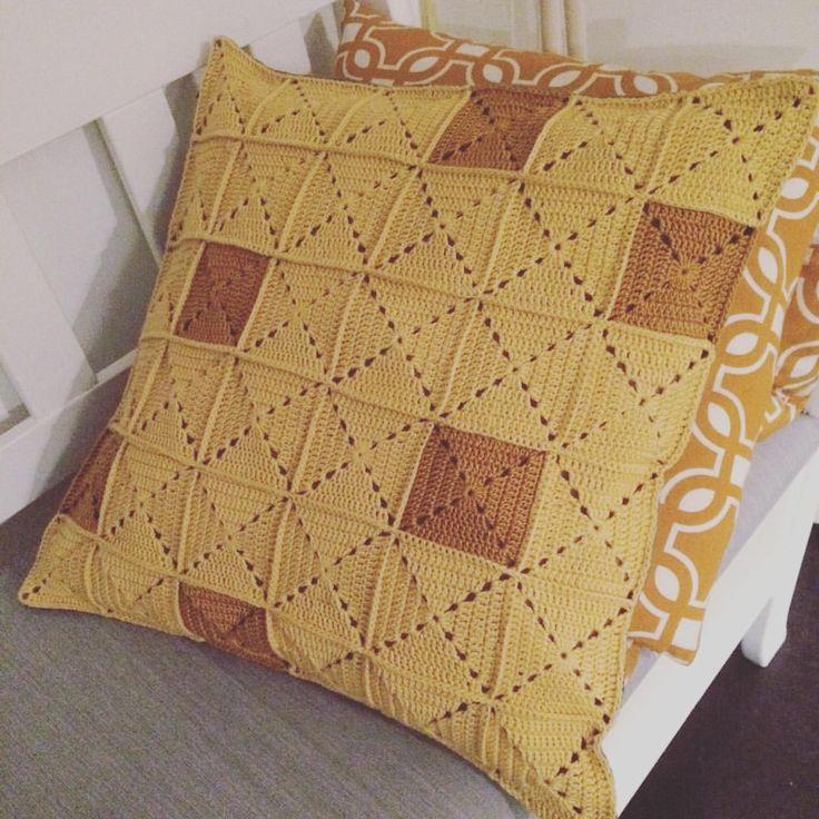 Färdig! #virka #virkad #virkat #crochet #hekle #hemmahosmikaela #hantverk #handarbete #grannysquare #mormorsruta #mormorsrutor #gult #gultärintefult #kudde #virkadkudde