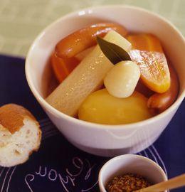 野菜をビッグサイズに切って、薄味で煮るだけで素材そのもののおいしさを味わえるポトフの完成です。今回は大根を主役に、ほかの野菜も大きく切って、塩、コショウは控えめに。器に盛った、ゴロゴロ野菜をほおばりながらいただくのが、このポトフの醍醐味。余ったらスープごとミキサーにかけて、とろとろスープにしても美味。家族から