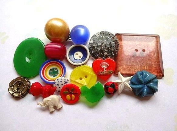 アメリカ&ドイツのヴィンテージプラスチック&ガラス&メタルボタンです。おもちゃ箱の中はいつもワクワク楽しいことが詰まっています。リアリスティックや、ポップな色...|ハンドメイド、手作り、手仕事品の通販・販売・購入ならCreema。