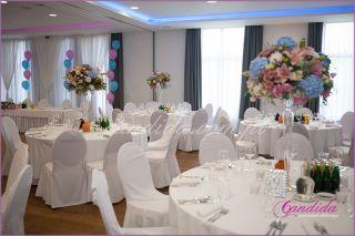 dekoracja sali weselnej w hotelu Brant, dekoracje weselne stołów gości, kompozycje kwiatowe na stołach gości