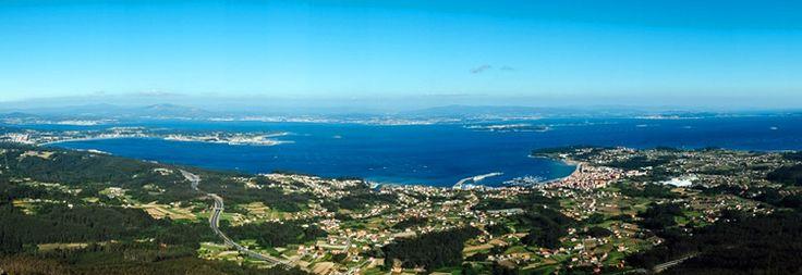 La vista de toda la ría de Arousa, la isla de Ons y los pueblos costeros de Barbanza desde el mirador de A Curota es indescriptible. #Galicia #turismo #RíadeArousa