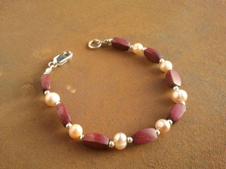Pulsera elaborada en madera de Amaranto, perlas de río y plata. $ 19.900
