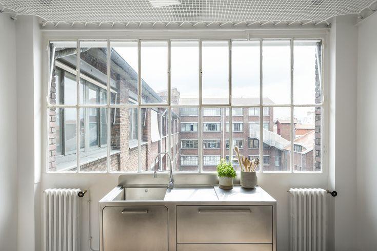 Кухонная раковина из нержавейки у окна отлично гармонирует с винтажной формой оконной рамы. .
