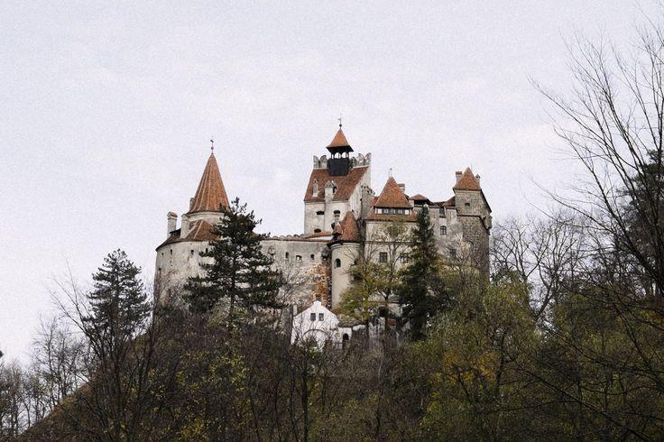 「ドラキュラ城」ほかルーマニア・トランシルバニアの邸宅  ルーマニアでは今年、欧州連合(EU)加盟国国民に対して不動産購入制限が解除され、ドラキュラ伝説で知られる中部トランシルバニア地方などの物件が外国人の注目を集めている。ドラキュラ城として知られるブラン城や、その城がそびえる山のリゾート地ブラショフの街や不動産、チャールズ英皇太子が毎年訪れる村などを写真で紹介する。