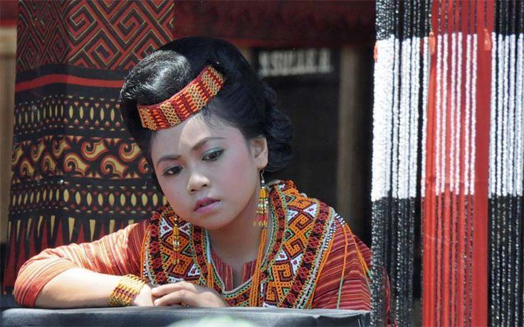 Een Toraja meisje in traditionele klederkracht. Ontdek  het fascinerende Tanah Toraja met Original Asia! Rondreis - Indonesië - Sulawesi - Tanah Toraja
