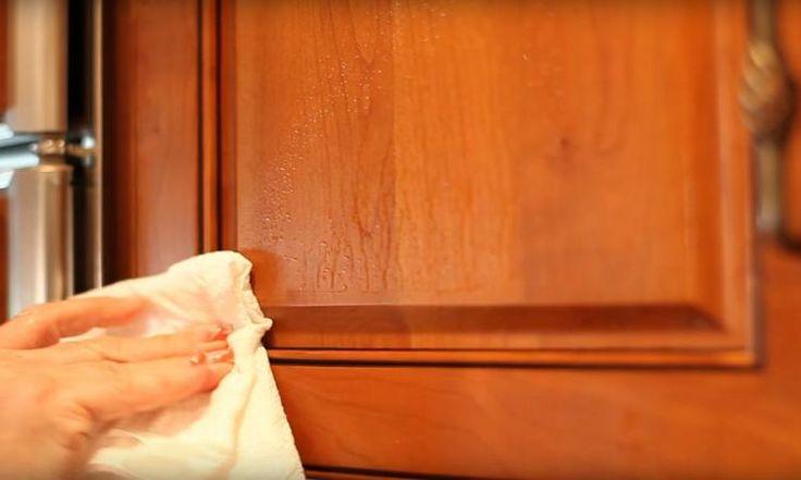 La principale solution pour nettoyer les portes d'armoires graisseuses se trouve dans votre salle de bain!