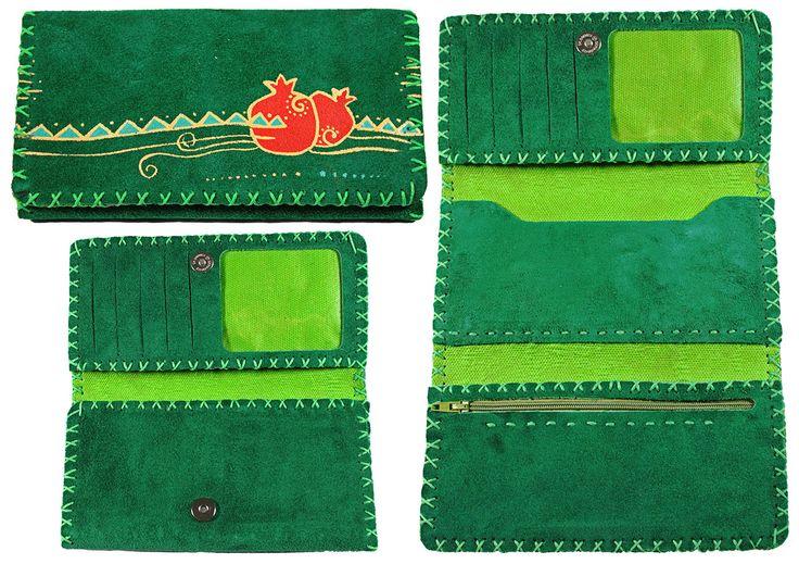 Portefeuille artisanal trois volets en cuir Nububk de vache. Le cuir provient de la province de Tabriz au nord-ouest de l'Iran. La fabrication est faite dans la province de Machhad, au nord-est du pays.  Motif : Grenade -  Couleur : Vert bouteille -  Code : CN-GR101-11 -  pour commander : http://www.colors-of-iran.fr/16-portefeuille-en-cuir.  Crédit Photo : © Colors of Iran