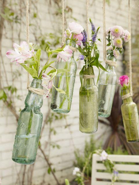 Blumen in hängenden Flaschen für am Baum oder im Treppenhaus
