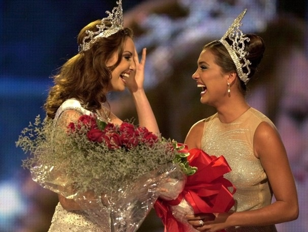 Just love this capture!!!! Two very emotional queens, Lara Dutta Miss Universe 2000, giving away her crown to Miss Puerto Rico, Denise Quiñones the newly crowned Miss Universe back in 2001...