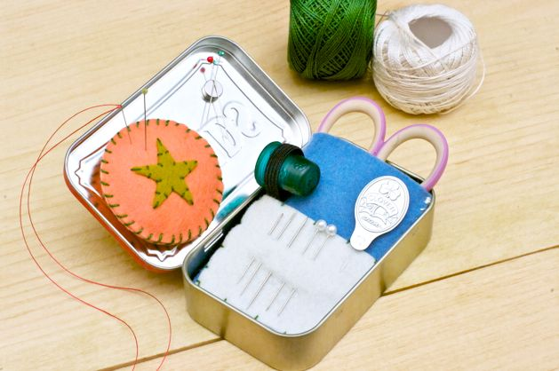 Project! I have to do this #SewingKit: Sewing Kits, Embroidery Kits, Travel Kits, Tins Travel, Travel Embroidery, Crafts Projects, Tins Boxes, Altoids Tins, Travel Sewing