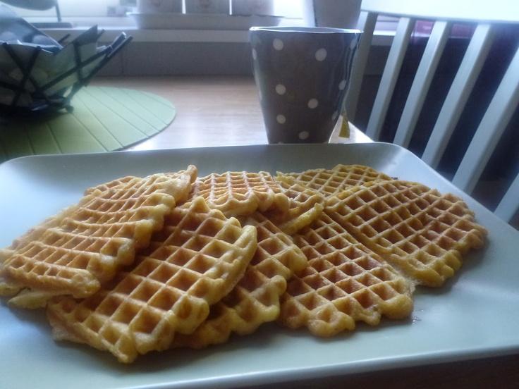 4 stk.  30 g smeltet smør  1/2 dl fløte  3/4 dl vann  2 egg  blandes..  1 dl kokosmel  2 ts fiberhusk  1/2 ts bakepulver  litt søtstoff nautren eller 1 ss sukrin  1 ts kardemomme    Bland godt, så røra blir tykk. Stek vaflene til de blir gyldne.  Serveres med et dryss sukrinmelis og en skje rømme.