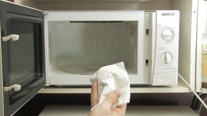 Cómo limpiar el horno de microondas