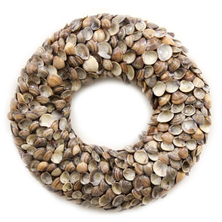 Zomerse krans gemaakt van kleine ronde schelpen in diverse bruin-naturel tinten. Deze krans is erg decoratief als wanddecoratie of liggend op bijvoorbeeld een tafel.  De achterzijde is afgewerkt met sisalen heeft een metalen ring voor het makkelijk ophangen van de krans. Kransen gemaakt van natuurlijke materialen. woonaccessoires of muurdecoratie.  Woonkamer inspiratie en Interieur ideeën