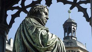 Das Luther-Denkmal auf dem Marktplatz in Wittenberg 2004 | Bildrechte: dpa