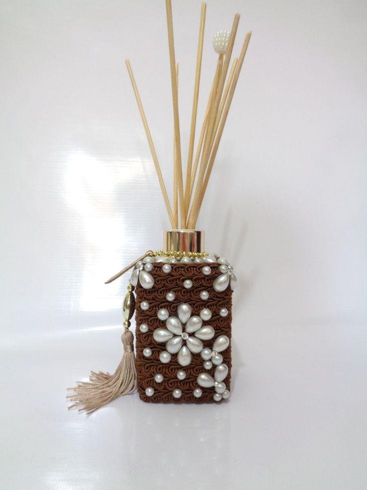 PERFUMA E DECORA SEU AMBIENTE.    Informações do produto:  Aromatizador de Ambiente 300 ml + 8 varetas, sendo uma vareta com decoração.    FRAGRÂNCIA : COFFEE FLOWER: Fragrância floral levemente frutada, com notas amadeiradas e flor de cafe, um perfume que encanta perfumando com equilíbrio e eleg...