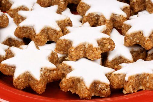 Biscotti alla cannella con glassa bianca per natale