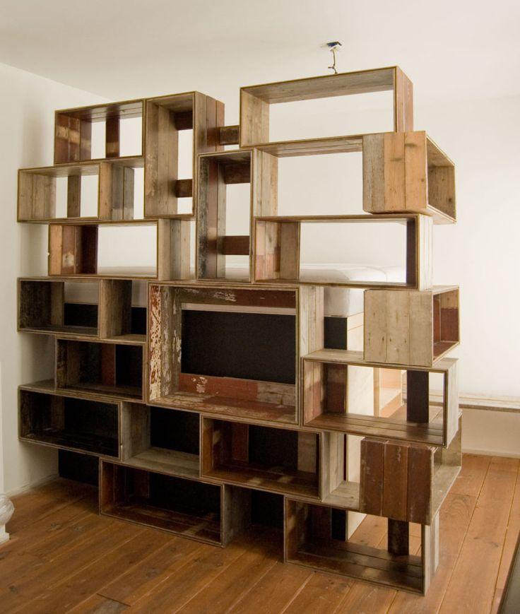 Gestapelde houten kratten zelf gemaakt van oude vloerdelen