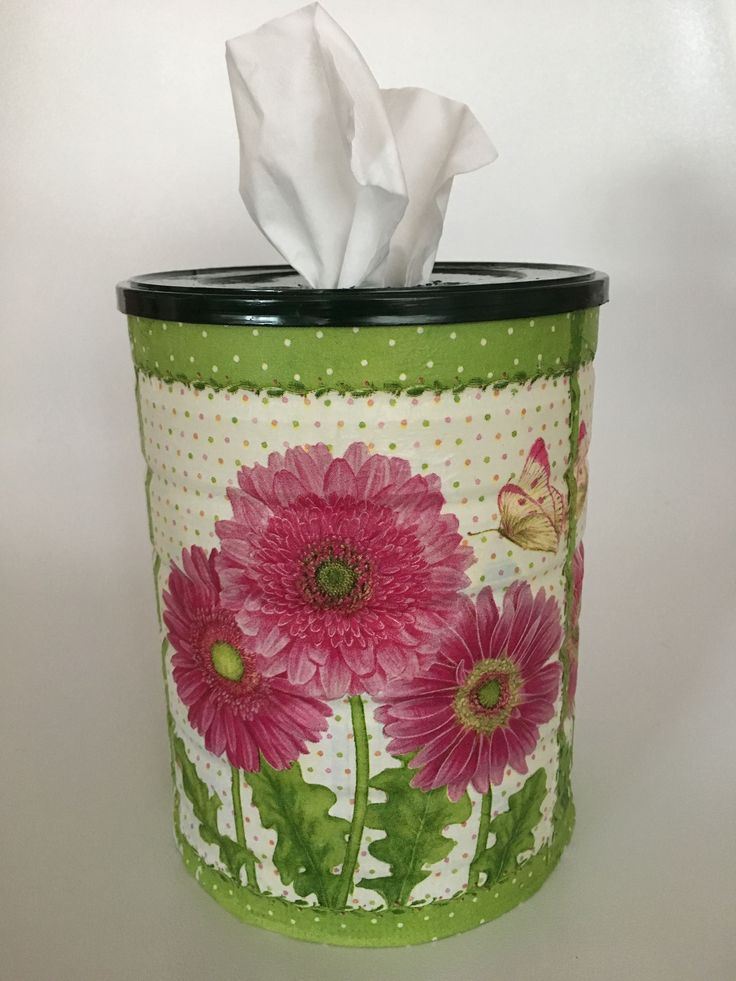 Con una lata de leche infantil, una servilleta y la técnica de decoupage hemos hecho este práctico dosificador de pañuelos. Lo podéis ver en mismanitasblog.com