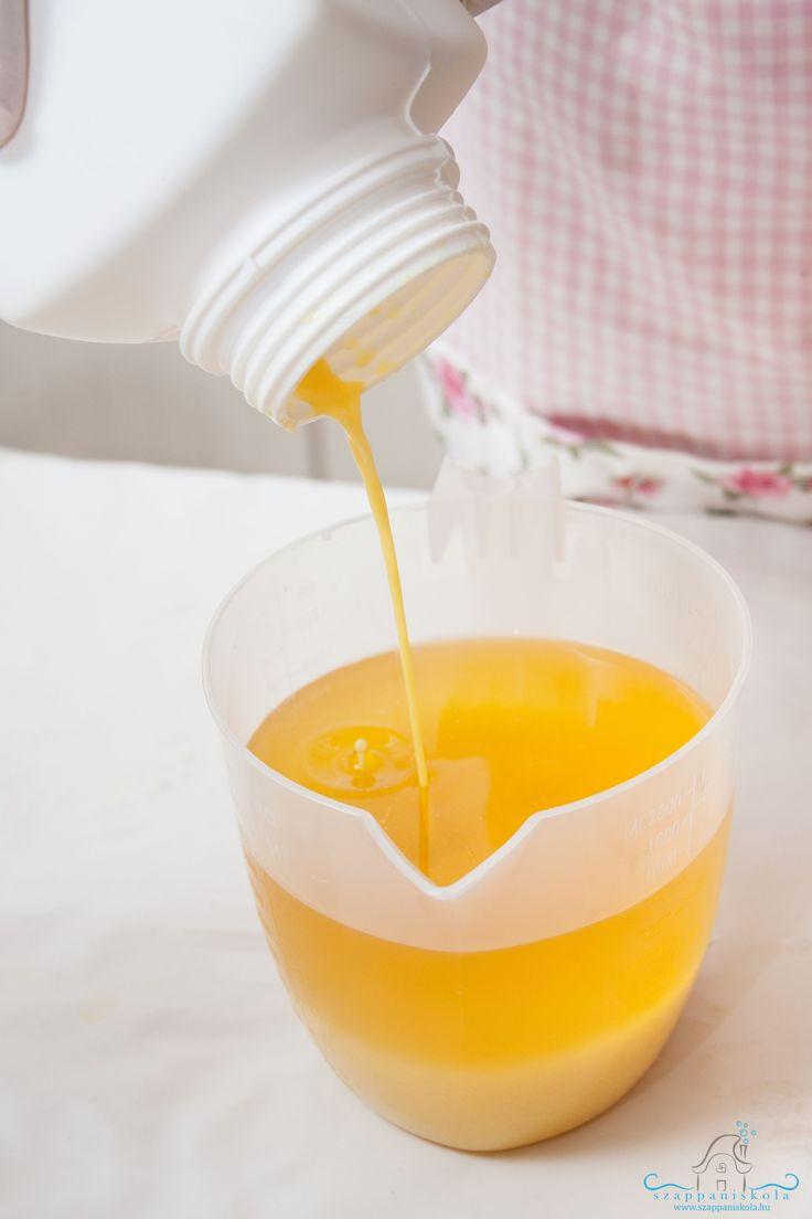 Hozzátöltjük a lúgot az olajokhoz, zsírokhoz