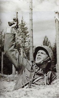Matti Ranin vänrikki Kariluotona elokuvassa Tuntematon sotilas (1955)