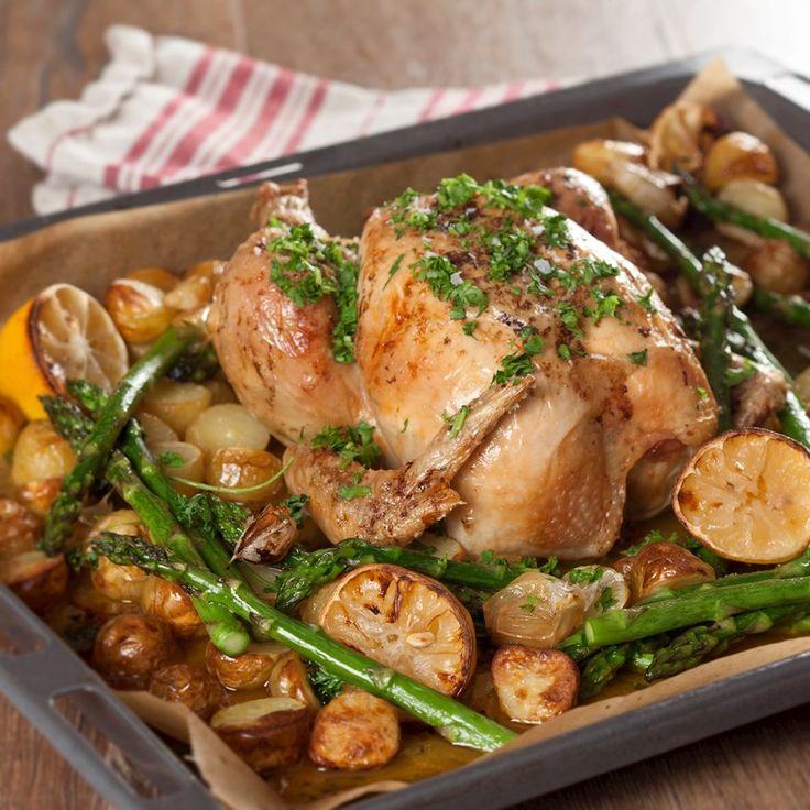 Helstegt kylling med kartofler, to slags løg, citron og asparges